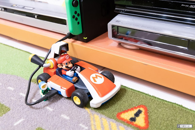 【遊戲】任天堂 AR 競速玩起來《瑪利歐賽車實況:家庭賽車場》 - 打開配對按鈕下方,就可以用 USB-C 方式充電