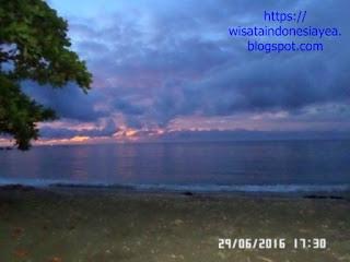 di-depan-Kencana-beach-di- pulau-Sumbawa.jpg