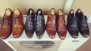 mengeluarkan sepatu dari lemari - cara merawat sepatu kulit