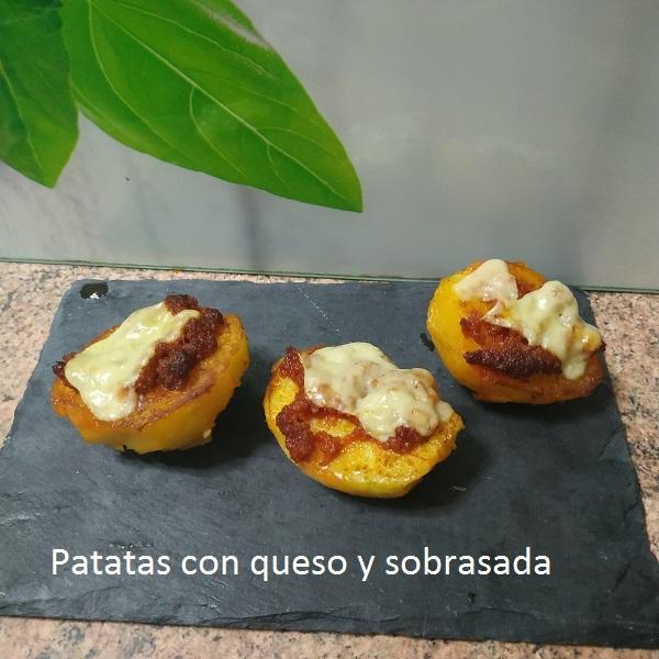 Patatas con queso y sobrasada