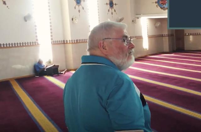 Video: Bosan dengar pandangan buruk tentang Islam di TV, lelaki Australia ini pergi sendiri ke masjid