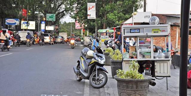 pedagang berjualan di trotoar - catatanadi.com