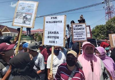 Krisis Air Bersih, Ratusan Warga Bina Baru Gedor Kantor DPRD dan Walikota Bima