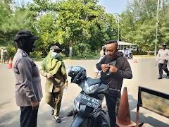 Petugas Gabungan di Batang Masifkan Operasi Yustisi dan Bagi Masker Gratis