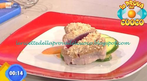 Tonno in crosta di nocciole con insalatina di germogli ricetta Facchini da Prova del Cuoco
