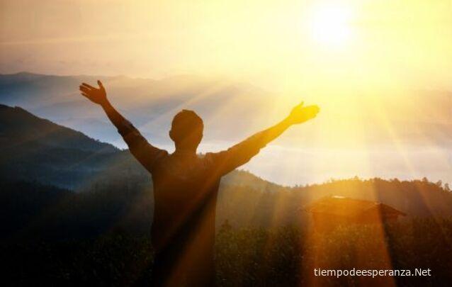 Hombre agradeciendo a Dios por las situaciones de la vida