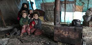 """أم سورية تكابد عناء النزوح مع أطفالها الـ 5 في """"إدلب"""" (فيديو)"""