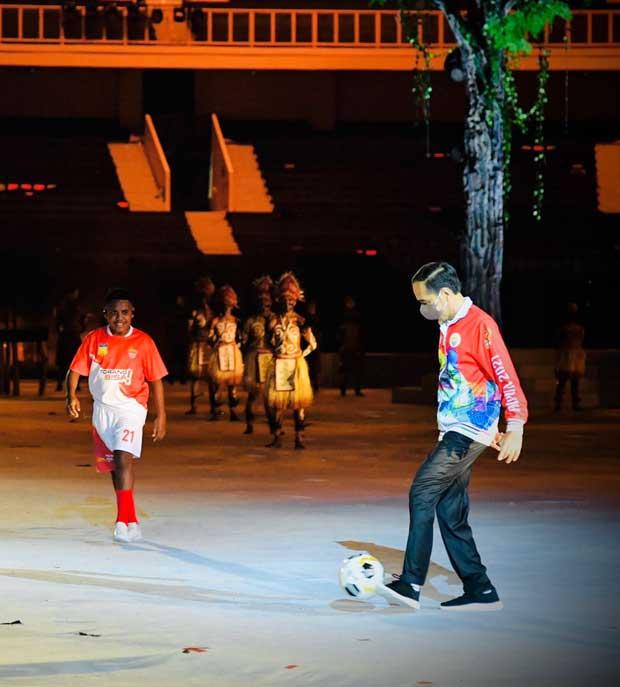 Permainan Bola Jokowi Buka PON XX Papua