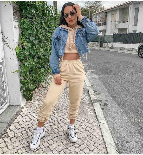 Calça jogger, cropped moletom e jaqueta jeans