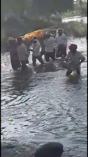 शव को नदी में उतरकर ले जाना पड़ा मुक्तिधाम