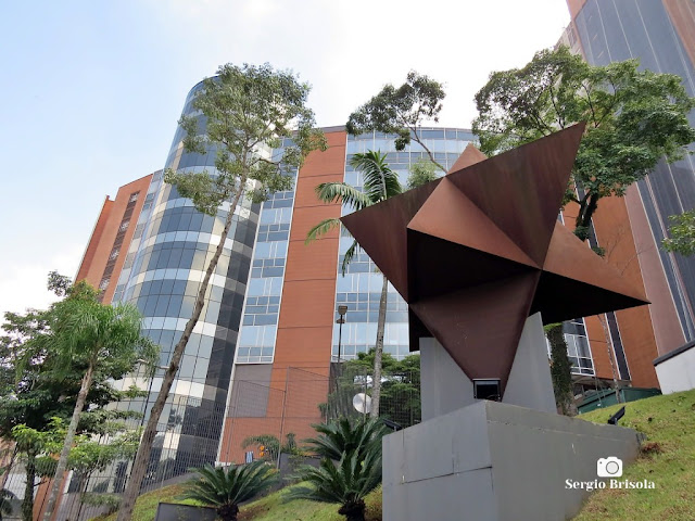 Fotocomposição com destaque para a Escultura Magen Tetraedros - Morumbi - São Paulo