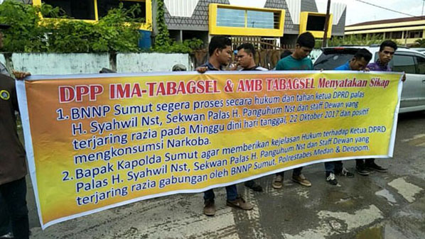 Mahasiswa yang menggelar unjukrasa di Kantor BNNP Sumut terkait pembebasan Ketua DPRD Palas dan Sekwan.