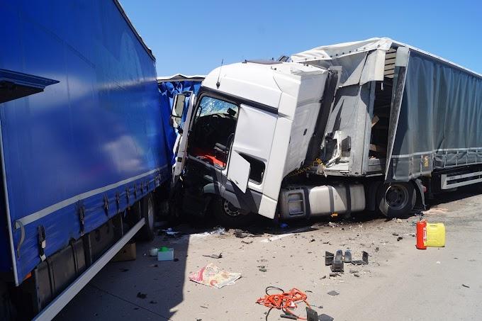 Lastwagen kracht auf A9 bei Köckern in Stauende