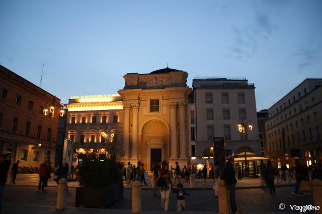 Facciata della Chiesa di San Pietro Apostolo a Parma di notte