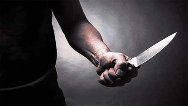 طعن بسكين طليقته بالشارع العام وإنتحر