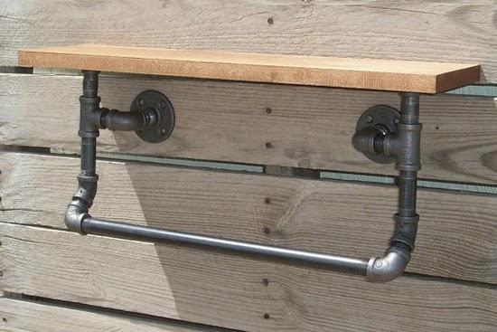 rak dinding melayang dari kayu dan pipa besi bekas