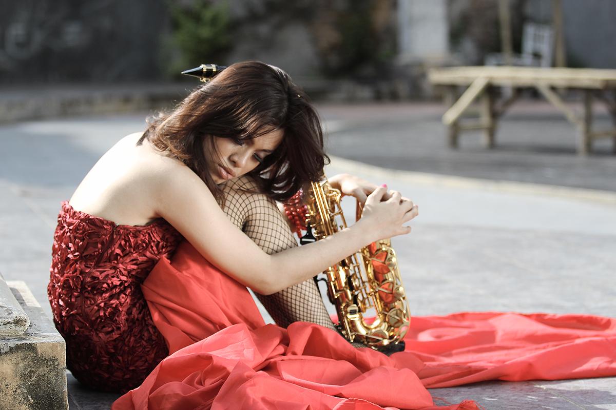 Pose model Makssar Gaby Getha Main Saxophone