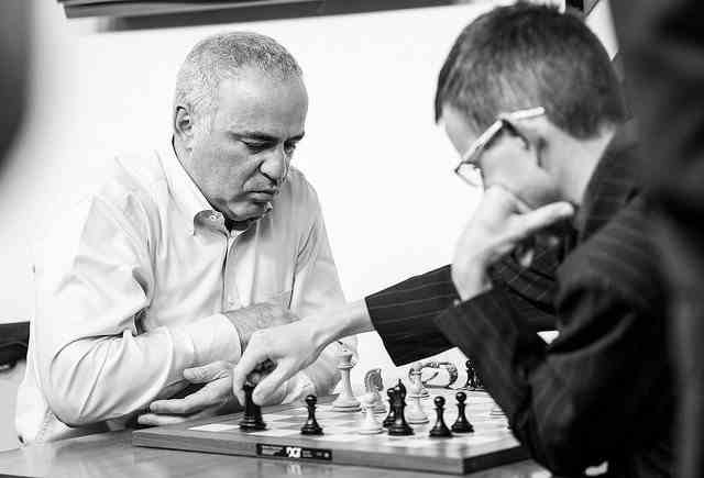 Garry Kasparov s'incline face au Tchèque Navara au terme d'une partie d'échecs d'intensité dramatique © site officiel