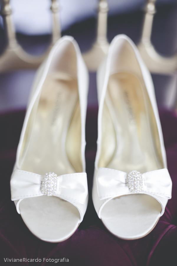 132c25401 ... dia de noiva, escolhi um sapato alto branco de plumas, pois já que meu  roupão era preto eu decidi usar um sapatinho básico para compor o visual  rsrsrs.