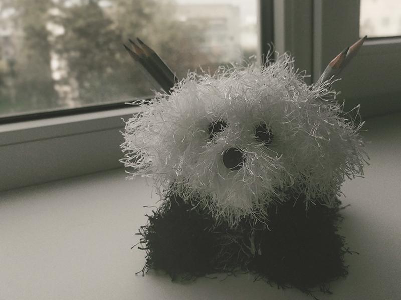 Собака — хранительница карандашей из мохнатых ниток