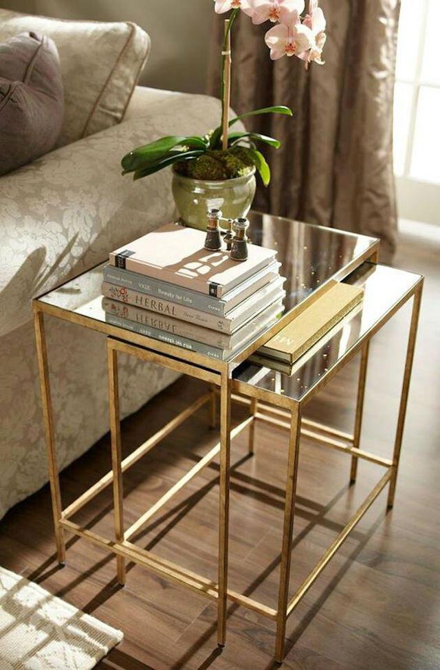 Mesa auxiliar con efecto espejo y detalles dorados