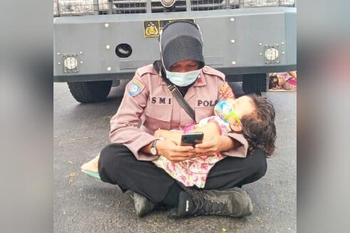 Viral, Polwan amankan sidang Sangketa Pilkada sambil gendong anaknya