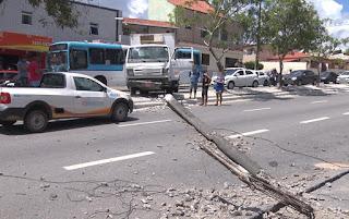 Caminhão derruba poste e deixa parte de bairro sem energia, em Campina Grande
