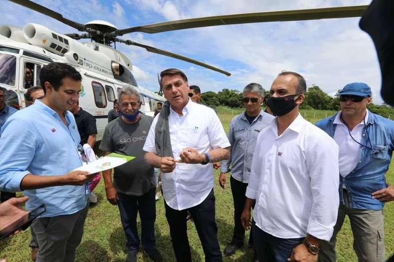 Eduardo Bolsonaro aproveita aglomeração