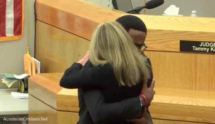 Hombre perdona a la asesina de su hermano