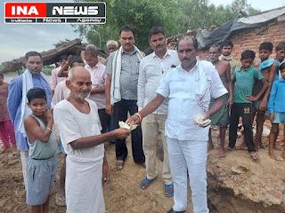 बाढ़ प्रभावित गांव का विधायक ने किया दौरा, ग्रामीणों को अपने पास से दी मदद