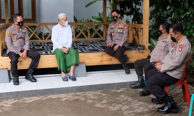 Rajut Silaturahmi, Wakapolda Banten Sowan Sesepuh ke Kediaman KH. Embay