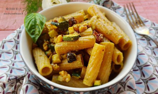 Tortiglioni con pesto di zucchine, noci e pomodorini secchi