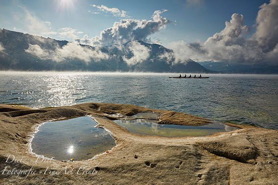 Ruderer unterwegs auf dem Zugersee bei Seerauch und Morgennebel
