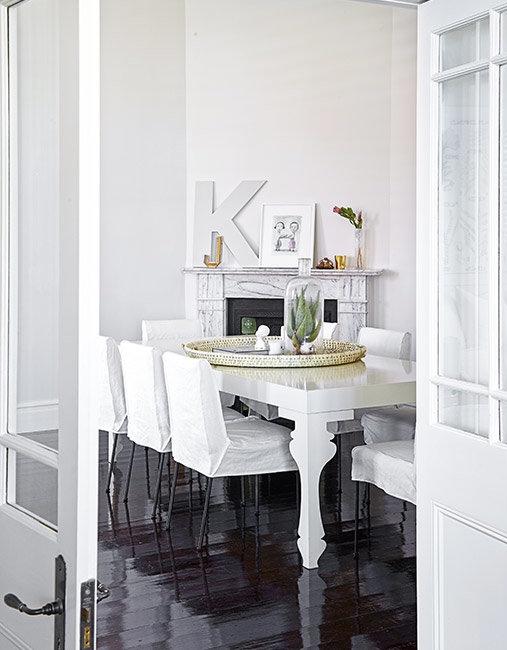 comedor con mesa lacada en blanco y silla con funda de algodon chicanddeco