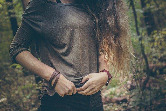Wanita yang sedang sendirian ditengah hutan