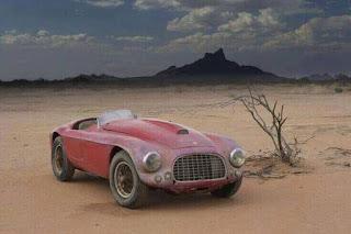 Ferrari model lama yang ditinggalkan di gurun Arizona.