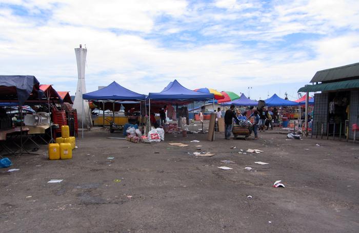 Müll am Hafen auf Borneo