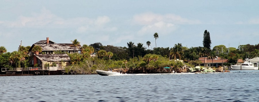 Stoney Point. A la izquierda se ve la mansión abandonada. A la derecha los restos del dragón verde
