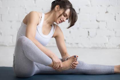 4 Tips Ampuh Mengatasi Kram Kaki Saat Yoga