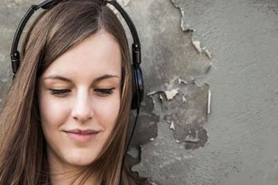 Tips Menunggu Pesawat di Bandara - mendengarkan musik