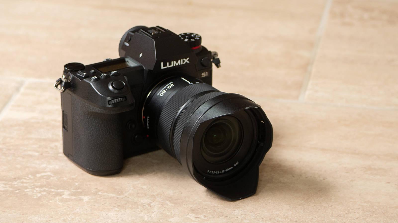 Объектив Panasonic Lumix S 20-60mm f/3.5-5.6 с камерой Panasonic Lumix S1