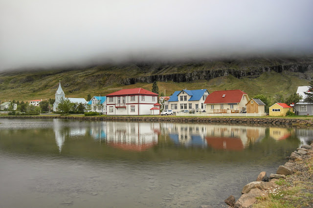 Vista à beira do lago, com névoa, de Seydisfjordur, na Islândia