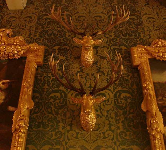 Salão com motivos alusivos à caça