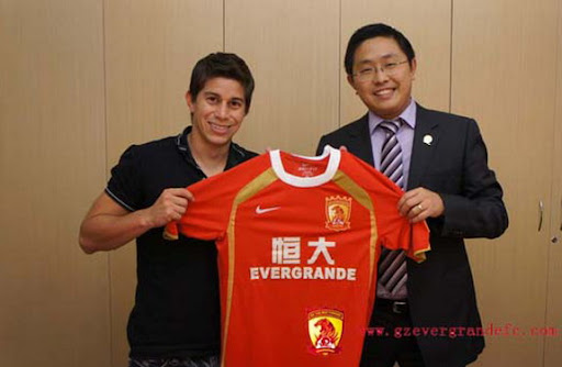New Guangzhou Evergrande signing Darío Conca poses with his new jersey