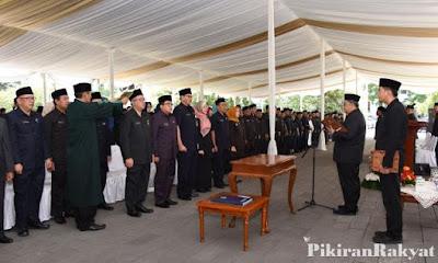 Pengambilan sumpah jabatan oleh Gubernur Jawa Barat. Foto : Pikiran Rakyat.