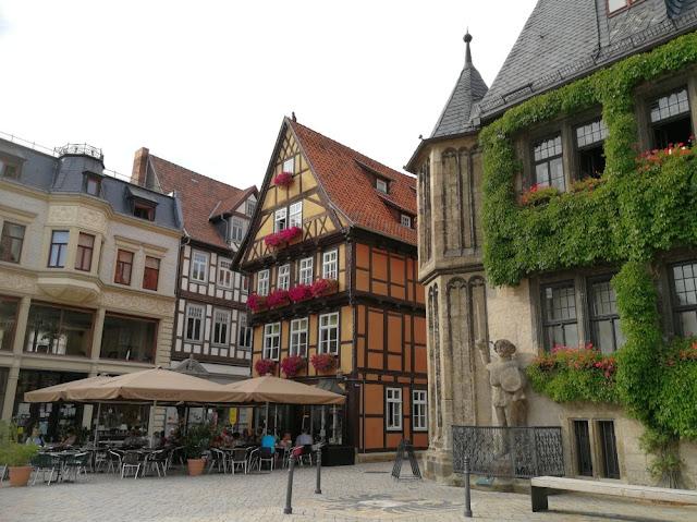 Quedlinburg - Rathaus mit Roland und Straßencafé