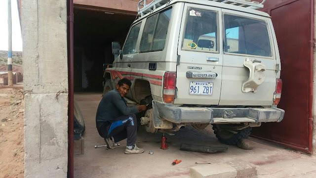 Der Toyota muss für die vielen Fahrten im Hochland von Bolivien in Ordnung sein. Gut, dass mir der Mechaniker des Bürgermeisteramtes die Blattfedern reparieren kann. Mittelfristig ist aber ein neues Fahrzeug unbedingt notwendig um meine Arbeit weiter tun zu können. Hier bin ich aber auch auf Eure Mithilfe angewiesen.