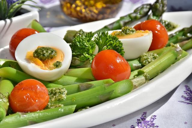 espargos, ovos, tomate