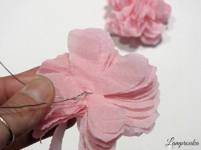 Φτιάξε χάρτινα λουλούδια.