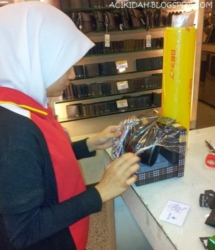 Sales Girl membalut hadiah